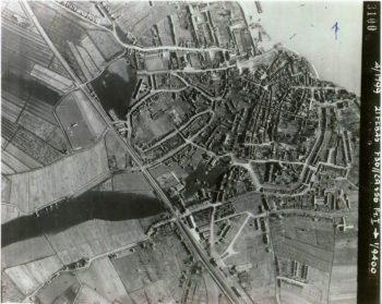 Een luchtfoto die de piloot van een RAF Spitfire maakte op 21 februari 1945. De stad is dan geëvacueerd en de Duitsers hebben getracht de Betuwe onder water te zetten. De Dode Linge is buiten zijn oevers getreden, waardoor de tuinen achter de huizen aan de Lingedijk blank staan. Het eerste sluisje van de Binnenboomse wetering staat open, maar het tweede is gesloten. Daardoor loopt het gebied ten oosten van de Rode Pannenbuurt onder water.