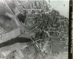 Dezelfde RAF- foto met enige aanduidingen ter oriëntatie.