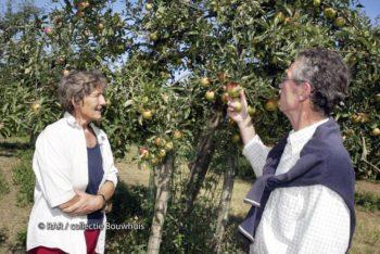 Ria Beckers met haar echtgenoot in hun boomgaard