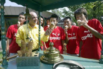 Augustus 2002. George presenteert 'Paling ijs' aan Japanse voetballers