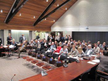 Raadsleden en gemeentebestuurders bijeen in de raadszaal van Beneden-Leeuwen.