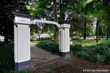 De toegangspoort van Ter Navolging, de Tielse monumentale begraafplaats uit het eind van de achttiende eeuw.