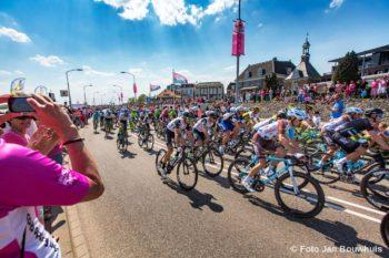 Tiel, 07 mei. Giro d'Italia wielerronde passeert de Waalkade.