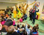 Tiel, 3 maart. Donderdag ontving openbare basisschool de Regenboog het vignet Gezonde School. Het vignet is overhandigd door wethouder Henk Driessen. Het is een erkenning voor scholen die structureel werken aan het verbeteren van de gezondheid van hun leerlingen en medewerkers.