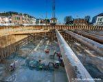 Tiel, 8 januari 2016. Bij de bouw van het cultuurcentrum Westluidense Poort is een nieuwe fase ingegaan. Het water is weg gepompt en de kelder vloer wordt schoon en vlak  gemaakt. De 130 cm dikke betonvloer is onder water gestort en hierop komt nog een constructie vloer voor de parkeergarage.