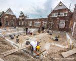 """Tiel, 10 mei. Renovatie SCW woningen aan de Binnenhoek. Bij het complex """"Vinkenhof"""" blijft alleen de voorgevel staan en de rest wordt vernieuwd."""