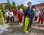 Tiel, 22 april.  De Beweegtuin op het schoolplein aan het Koerierspad 3 in Passewaaij is vrijdagmiddag door burgemeester Beenakker en Flipje geopend.
