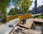 Tiel, 19 mei. Plaatsen van de brug De Slinger over de stadsgracht nabij Kalverbos en Veemarkt.