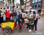 Tiel, 31 maart.  Burgemeester Beenakker overhandigt het eerste exemplaar van het geheel vernieuwde magazine Uit in Tiel aan oud-wielrenner Gert Jacobs.