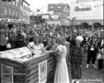1989 Hanze steden ontmoeting met oogstfee en fruitambassadrices op de Groenmarkt