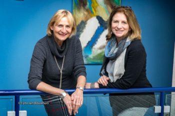 Cornelie Biermans de Haan (r) en Ellen Hoenderop (l) van het Toon Hermans Huis Tiel