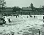 Beeld uit film 1942 Bouwhuis: Schaatsen op de Haven met de Zoutkeetstraat op achtergrond