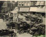 Auto´s op de Groenmarkt rond 1930 - rechtsboven de schermen van hotel Corbelijn