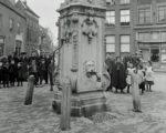 Bewonderaars (en verdedigers ?) van de stadspomp in 1907
