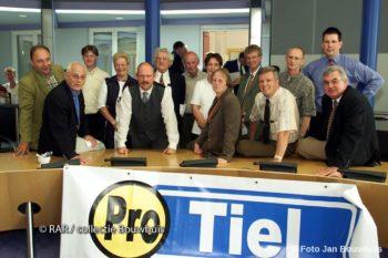 In 2001 bij een oprichtingsbijeenkomst met Inge Joustra zittend / midden