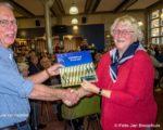 Een van de loterijprijzen was het boek 'ZINDERend Bleekveld'. Een van de auteurs, Bert Leenderrs, reikte het uit.