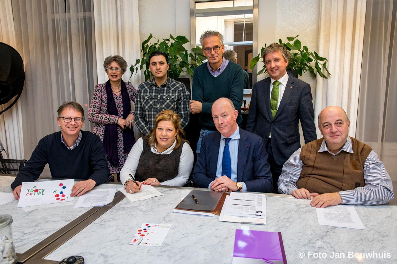 Het nieuwe bestuur: Emile Smit, Renate Baas en Peter Dikker ondertekenen bij notaris Aitton